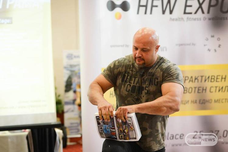 Милан Strongman Јовановиќ ја демонстрираше својата сила кинејки книга од 1000 страници
