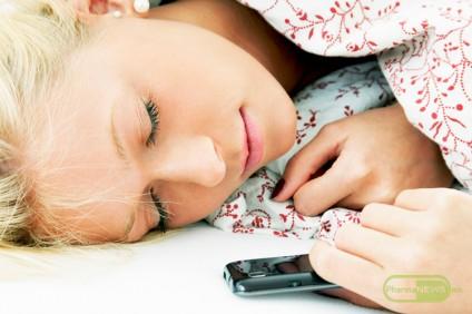zaspivanje-so-telefonot-vo-raka-znaci-loso-zdravje