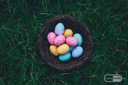 bojadisuvanje-na-veligdenski-jajca-so-prirodni-boi_image